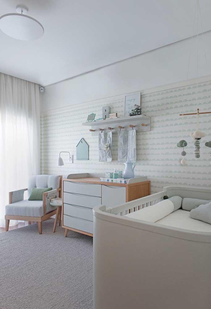 Use móveis nos tons amadeirados e cinza. Dessa forma, o quarto fica mais sóbrio e suave.