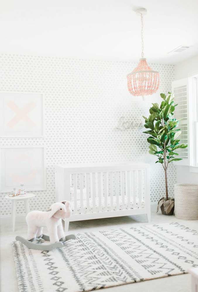 O quarto de bebê totalmente claro deixa o ambiente mais amplo.