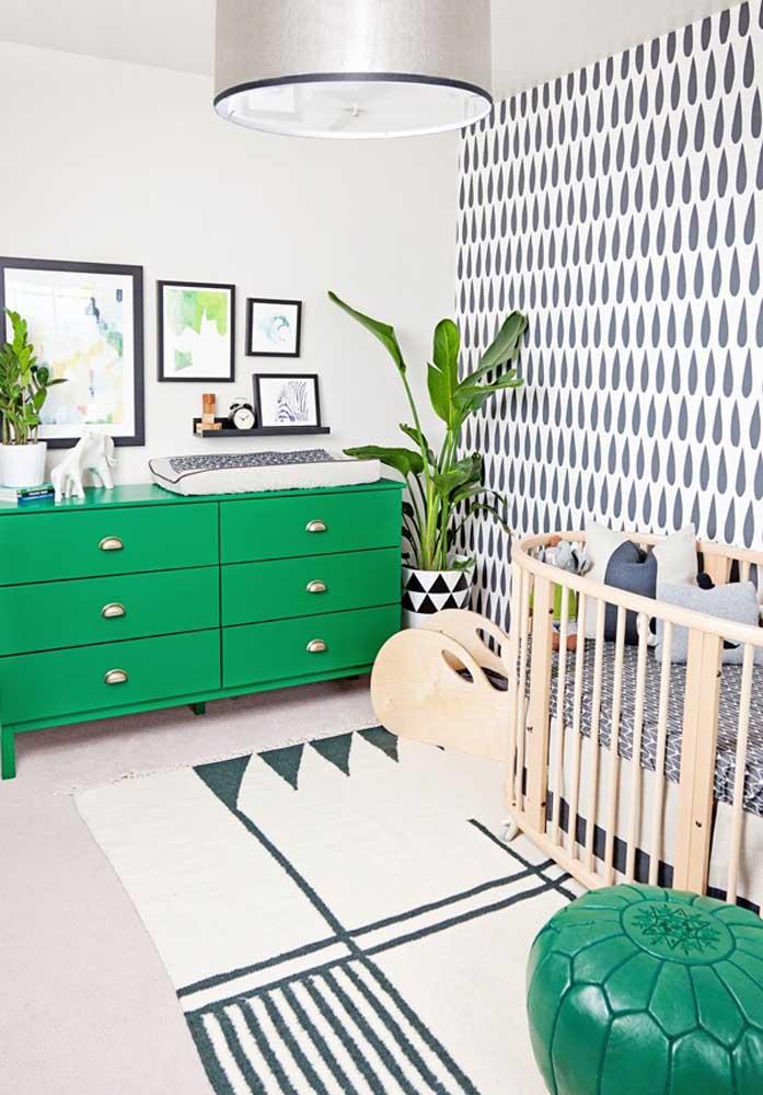 Para quem gosta de sair do óbvio, vale usar cores fortes como o verde. O papel de parede com desenho diferenciado faz um contraste perfeito com o restante da decoração.