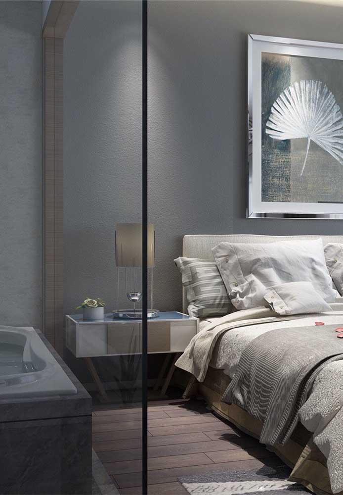O quarto cinza combina muito bem com pisos de madeira e divisórias de vidro.