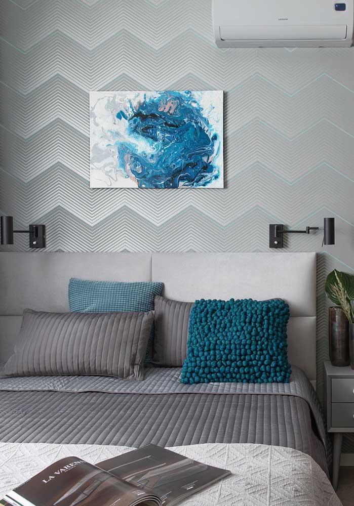 O quarto cinza e azul pode ser uma ótima opção para quem deseja manter um ambiente mais equilibrado.