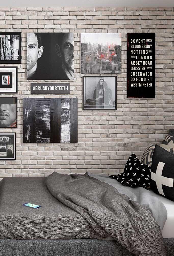 A parede de tijolos pode ser a melhor opção para colocar na parede do quarto masculino cinza.