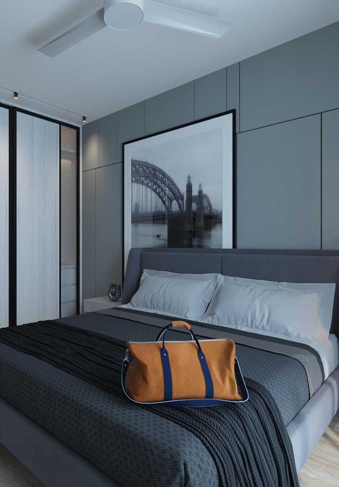 Já no quarto cinza feminino, a dica é usar vários tons de cinza tanto na escolha dos móveis quanto no revestimento da parede.