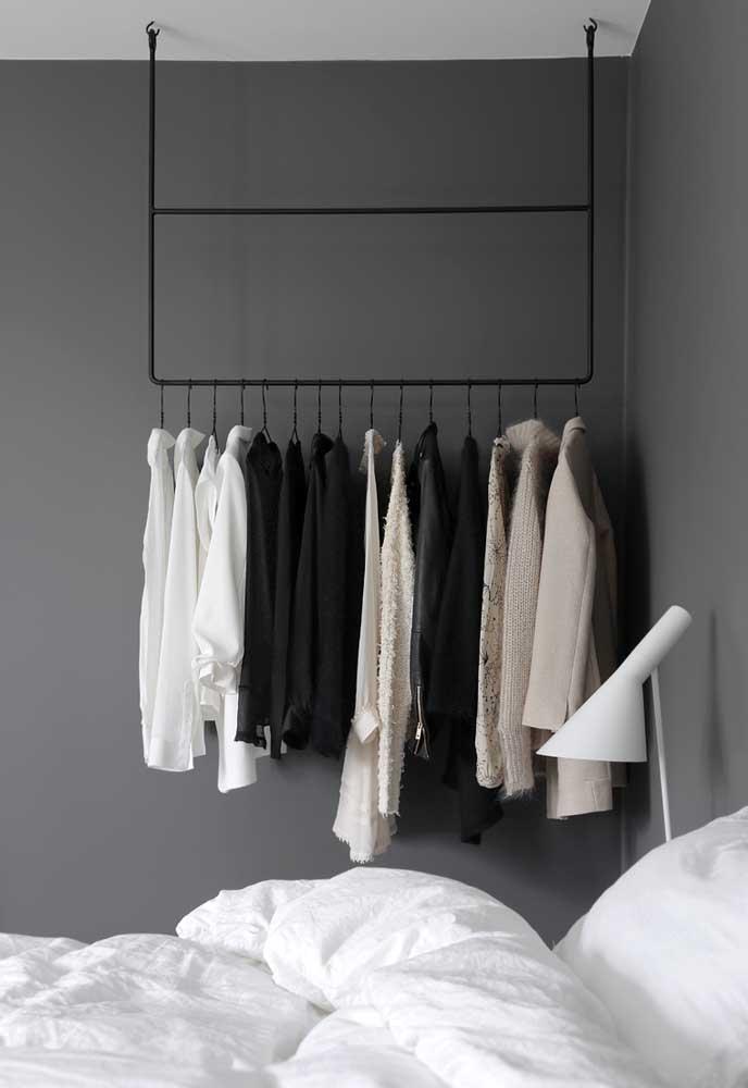 Você está sem espaço no quarto para colocar um armário? Que tal fazer uma arara de roupas com uma parede cinza no fundo?