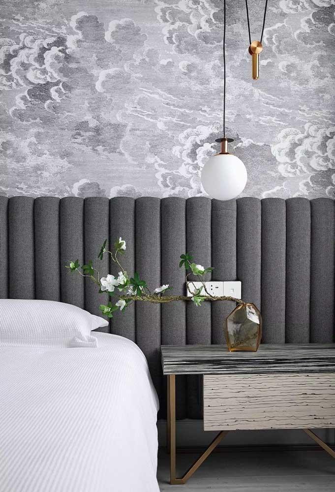 Olha que contraste perfeito do papel de parede com a cabeceira da cama.