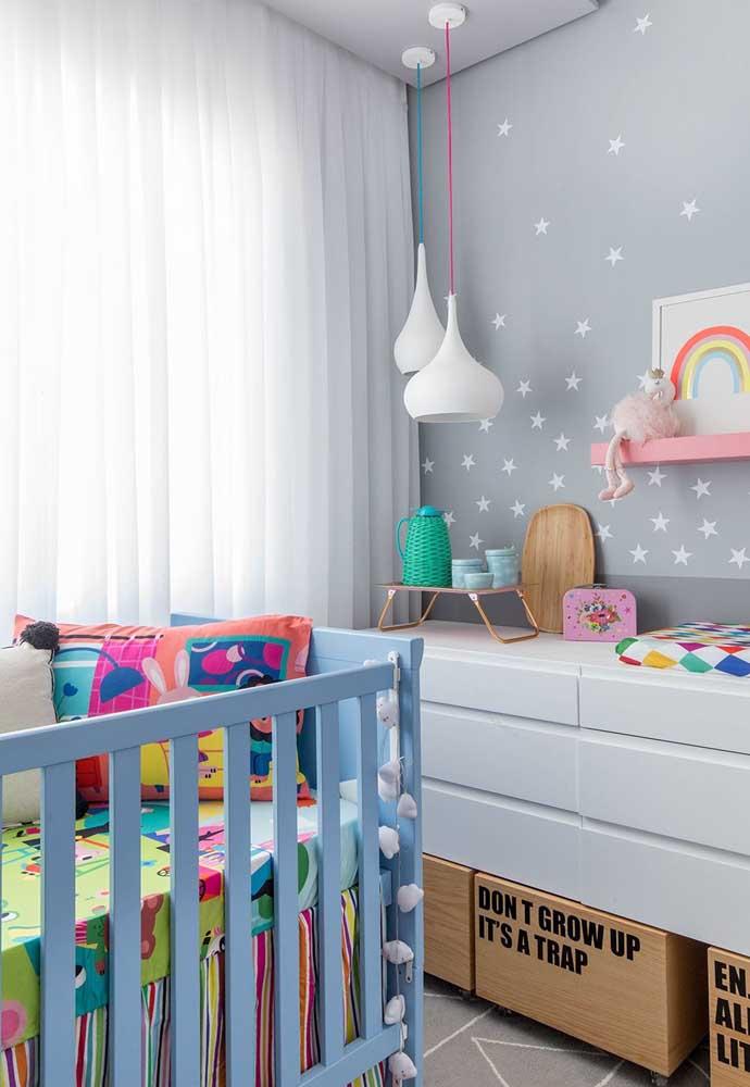 Você também pode fazer o quarto de bebê cinza combinando com outras cores.