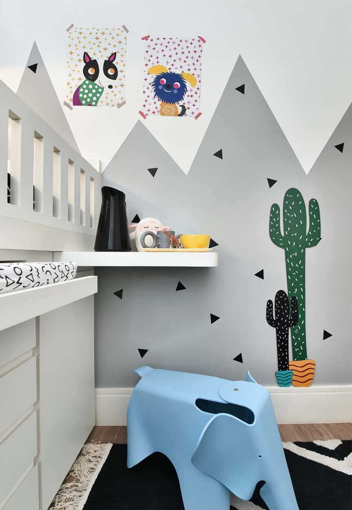 Mais uma opção de decoração de quarto de bebê cinza com um papel de parede fofo.