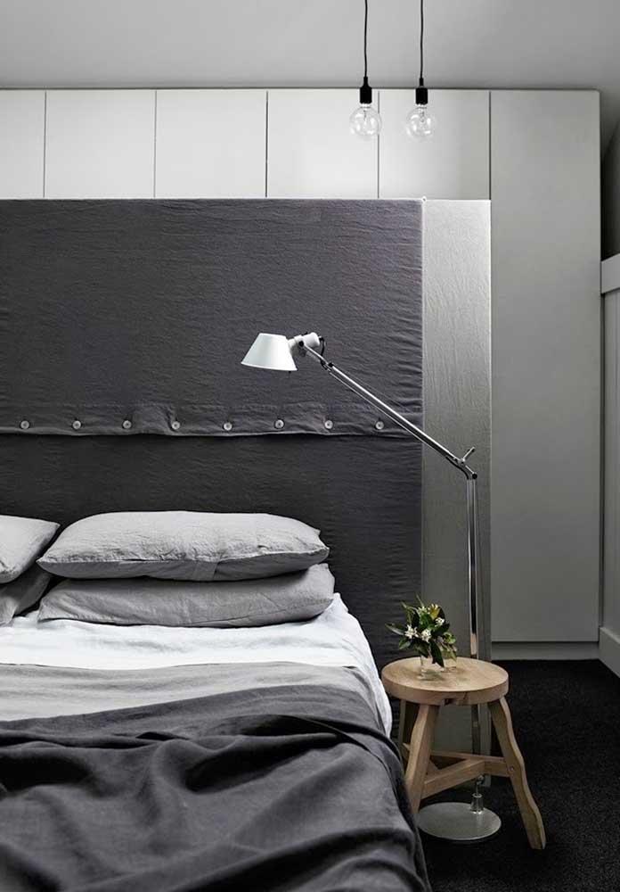 Geralmente, o quarto masculino cinza é um ambiente mais simples, mas sempre com um toque de modernidade.