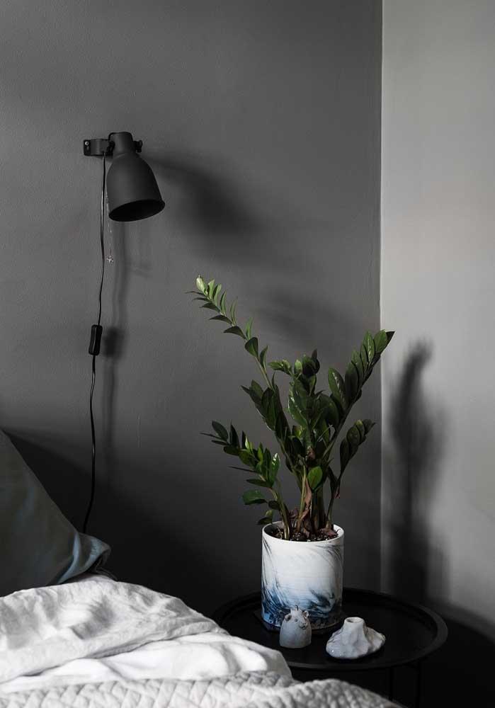 Para quebrar a seriedade do quarto cinza, coloque um pequeno vaso de flores.