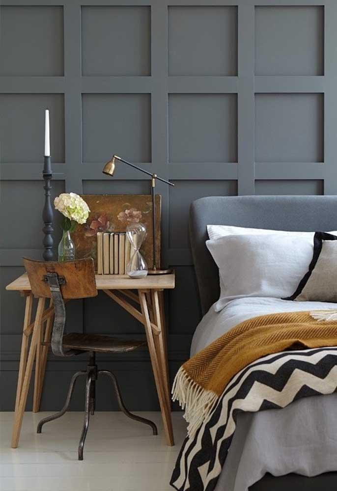 Acrescente móveis antigos na hora de fazer a decoração do quarto cinza.