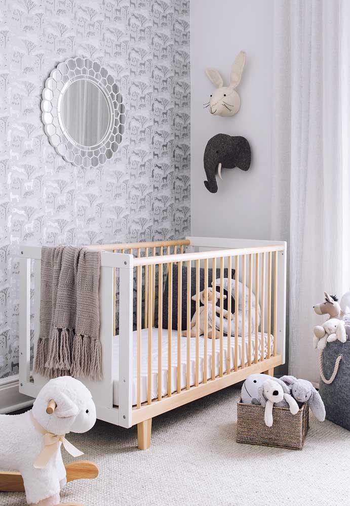 Para equilibrar o ambiente no quarto de bebê cinza, espalhe vários bichinhos de pelúcia.