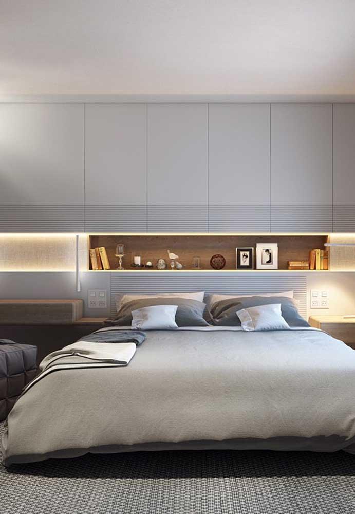 Escolha móveis modernos e sofisticados para decorar seu quarto cinza.