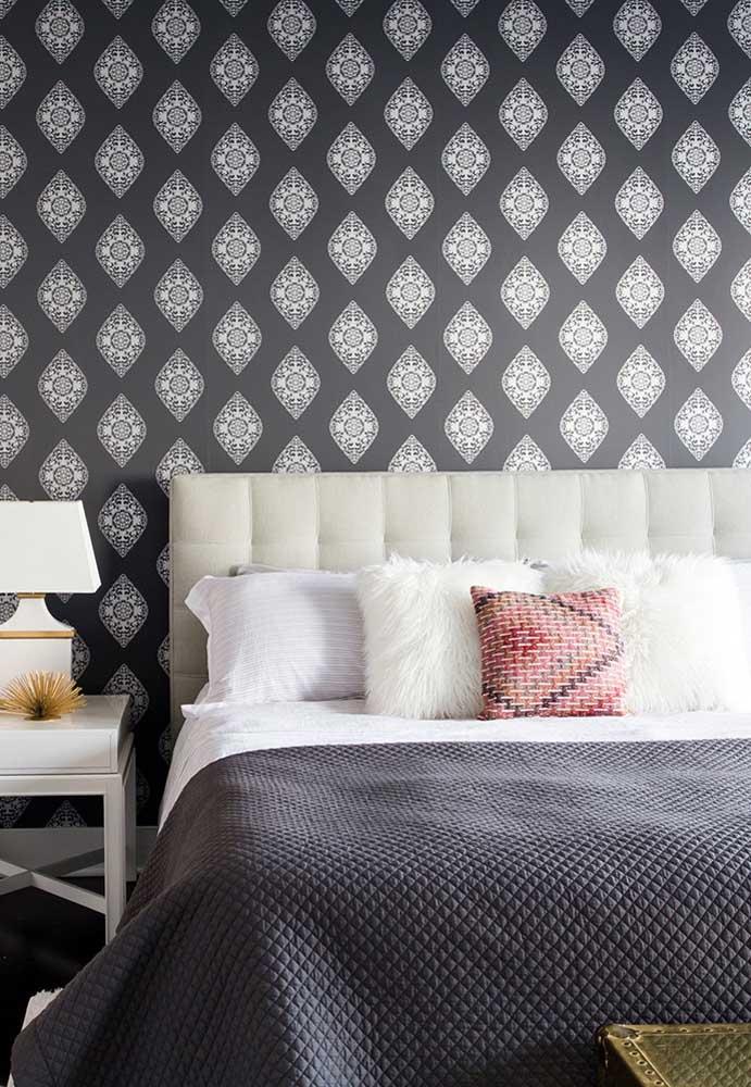 No quarto cinza e preto, a cor preta pode está presente apenas no papel de parede.