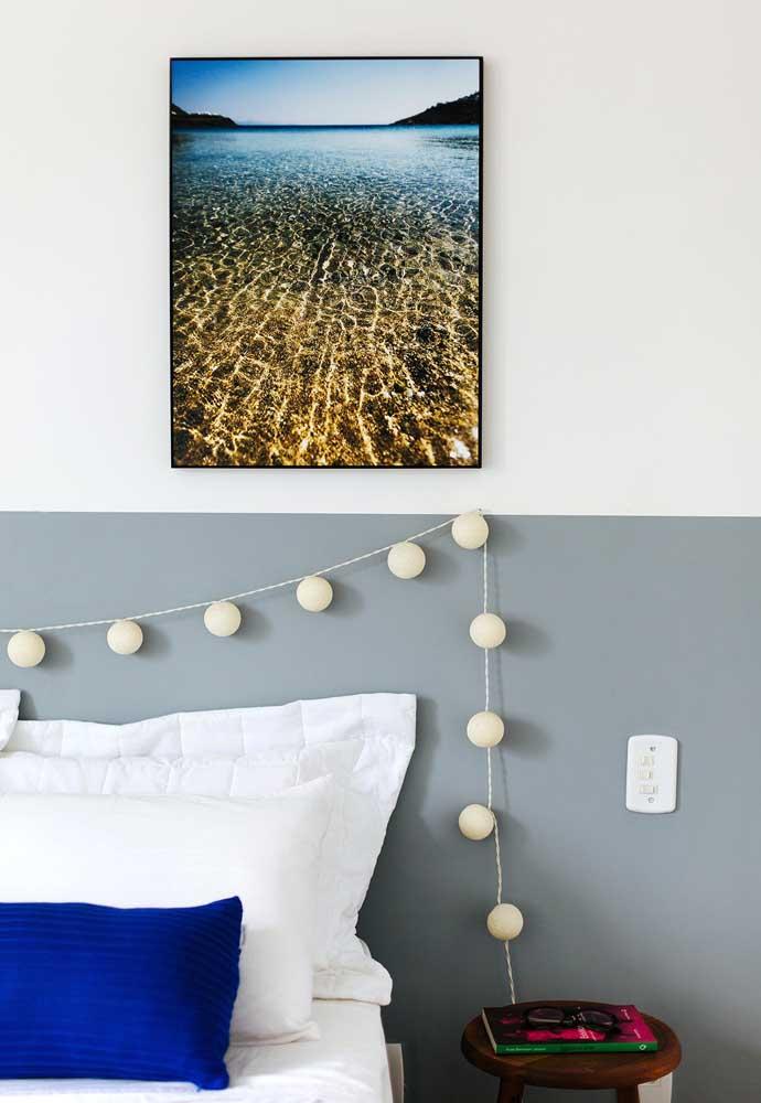 Quer deixar o quarto mais iluminado? Use várias mini lâmpadas na cabeceira da cama.