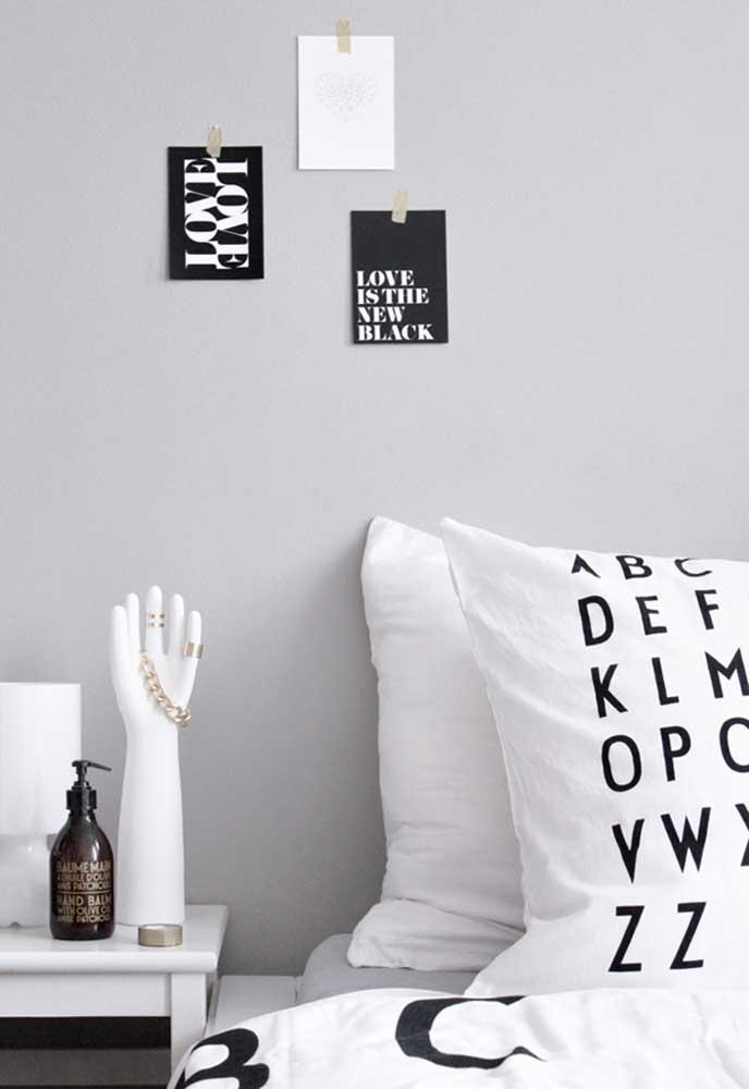Aposte em itens decorativos na cor preta para decorar o quarto cinza e preto
