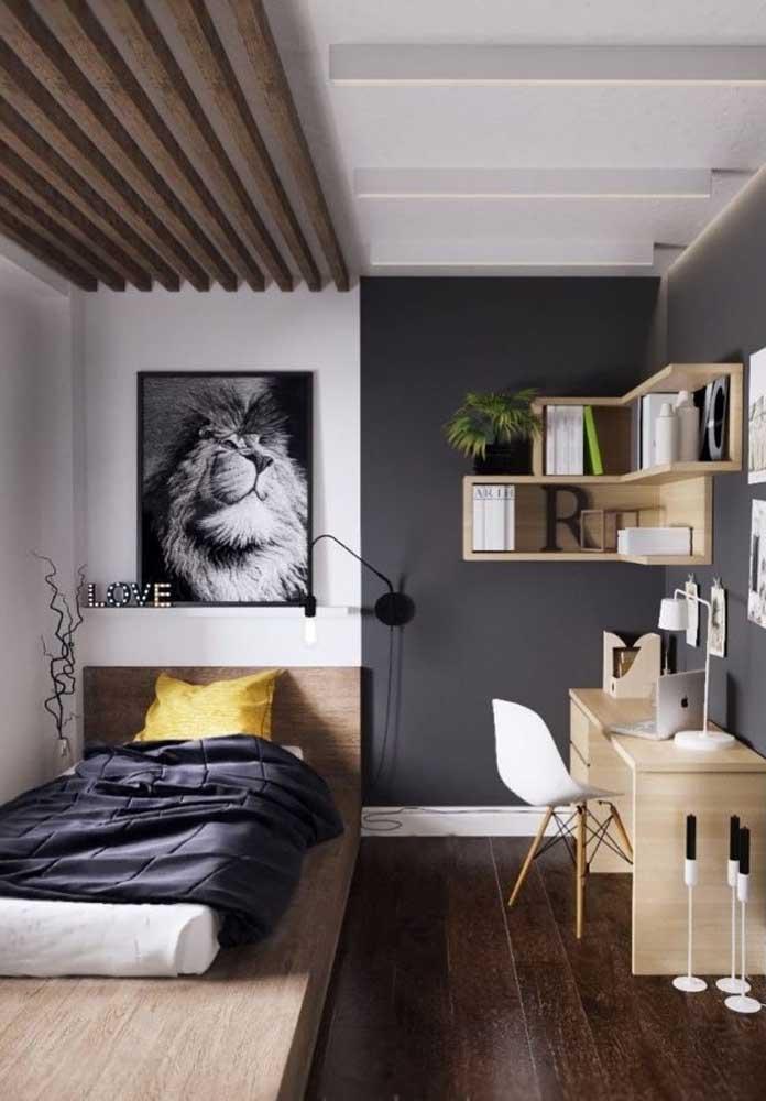 Que tal apostar na cor cinza para destacar a parede do quarto?