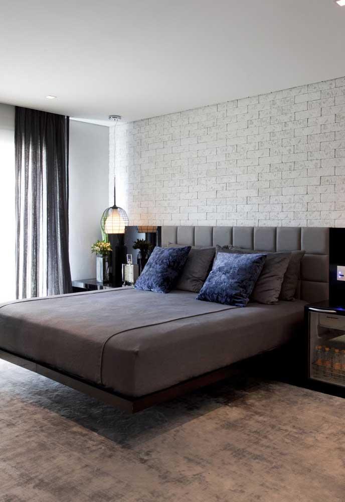 Você já viu parede de tijolos na cor branca? Olha que luxo que fica com a decoração cinza.