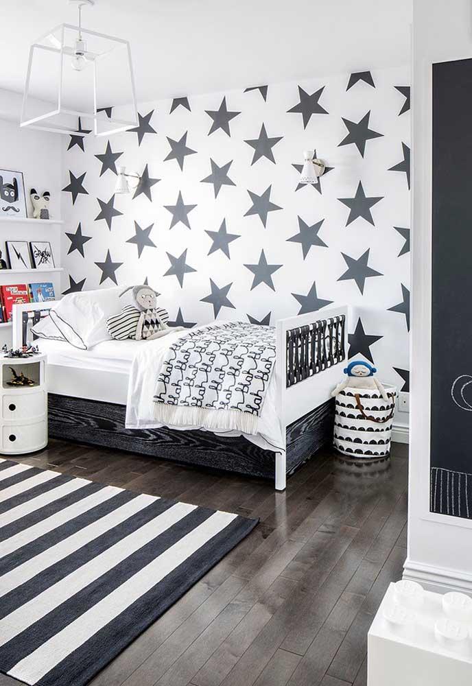 O quarto cinza e preto também pode ser usado no ambiente infantil, basta usar os elementos decorativos adequados.
