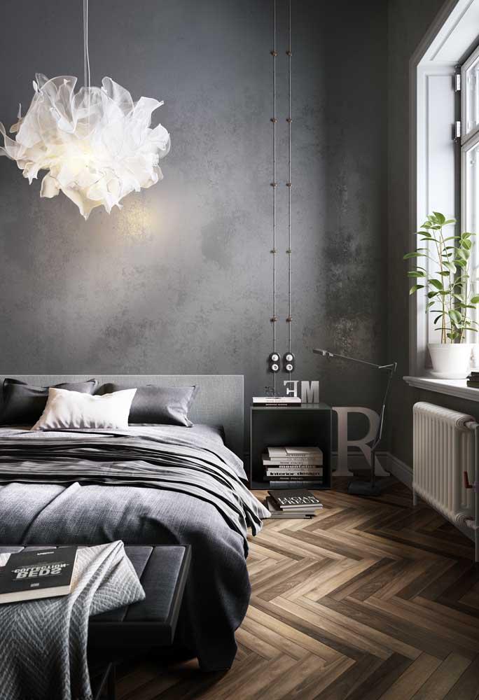 O contraste entre o piso de madeira e a parede feita com cimento queimado é que deixou esse quarto mais charmoso.