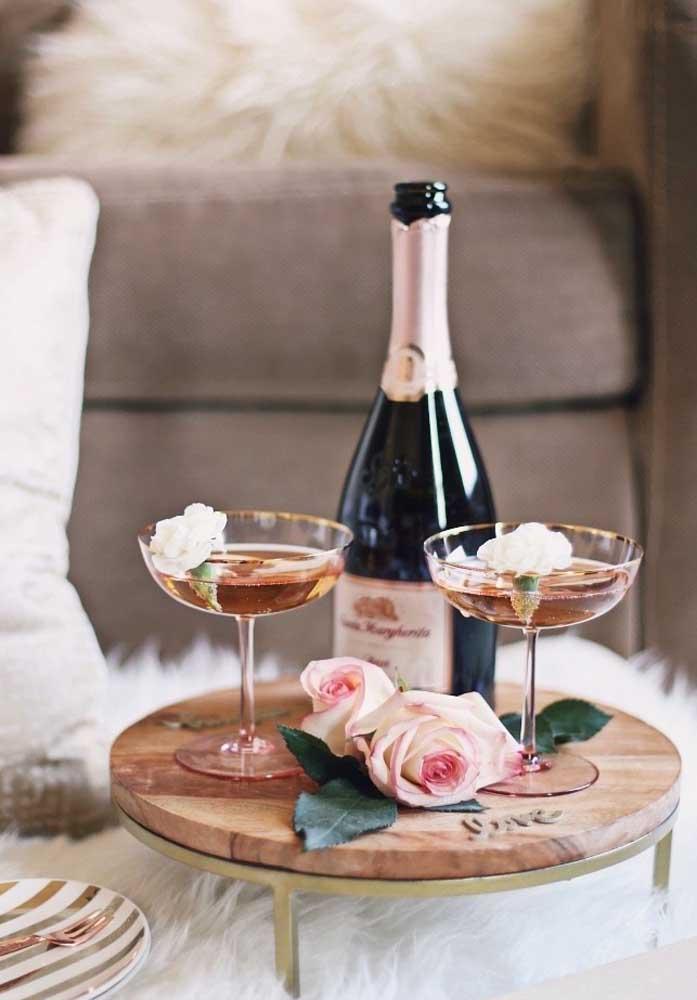 E na decoração jantar dia dos namorados, o que fazer? Abra uma champagne e sirva as duas taças.