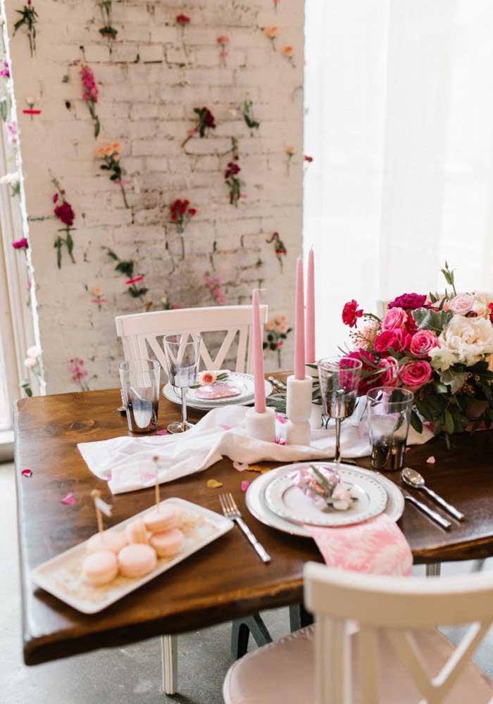 Um belo arranjo de flores e velas pode servir como decoração para o dia dos namorados.