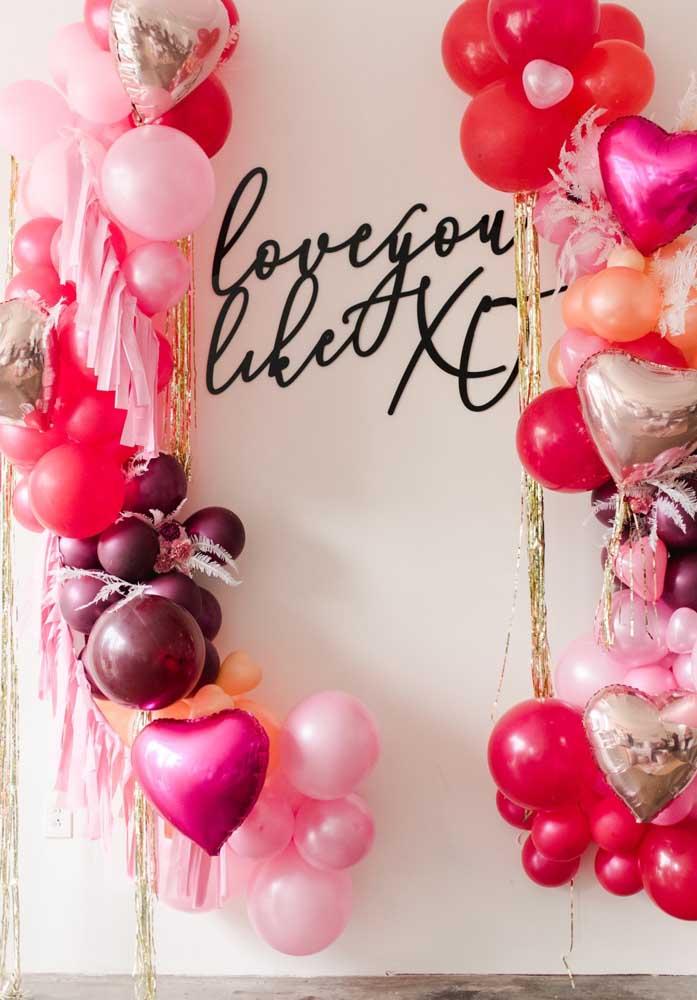 Que tal fazer uma decoração dia dos namorados com balões metalizados e desconstruídos?