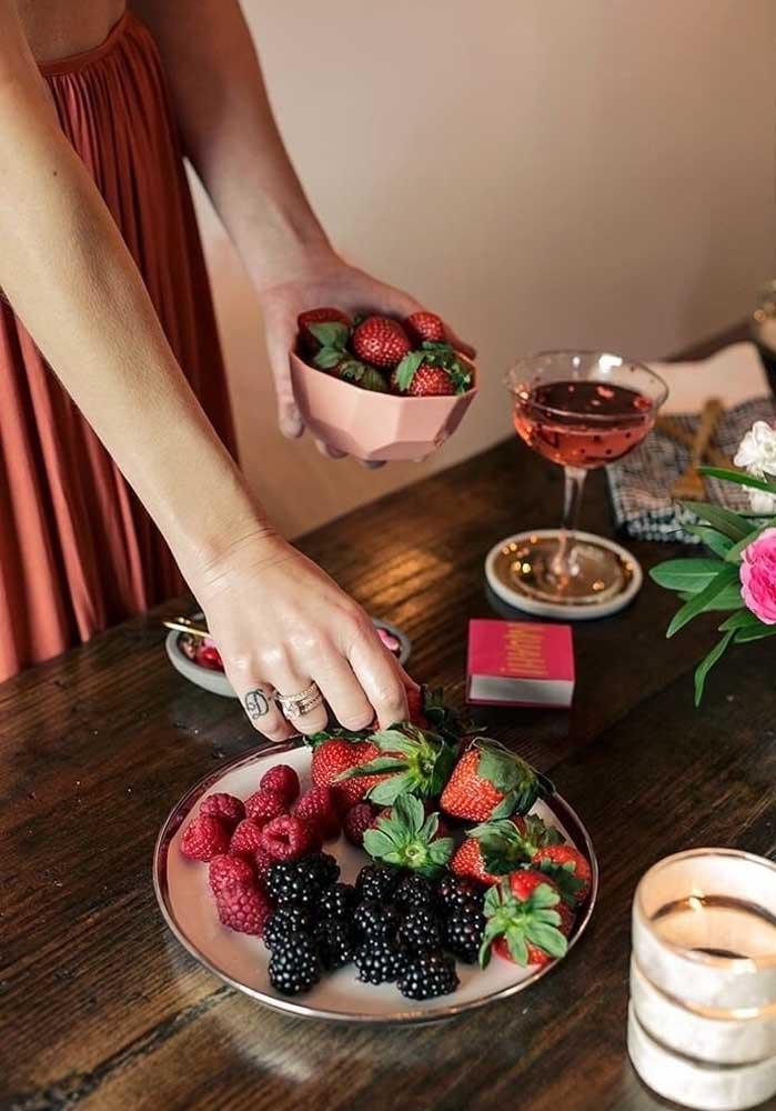 O que acha de fazer uma decoração festa dos namorados somente com frutas vermelhas?