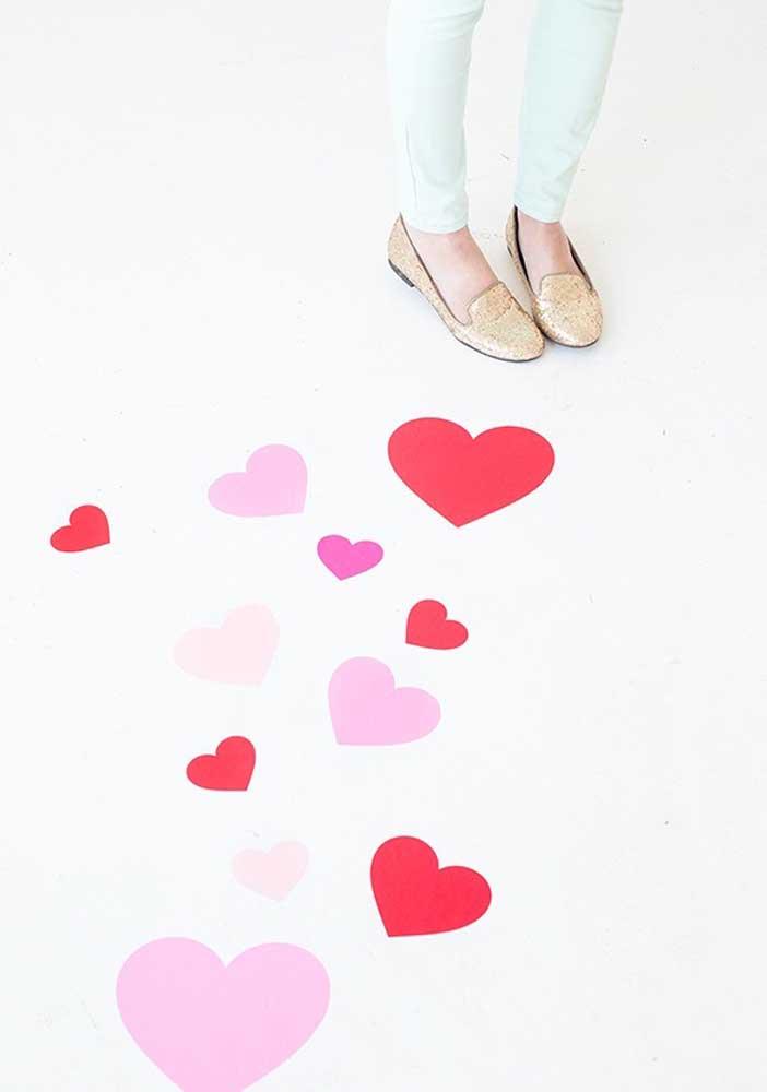 Faça um caminho de corações para o seu amor passar.