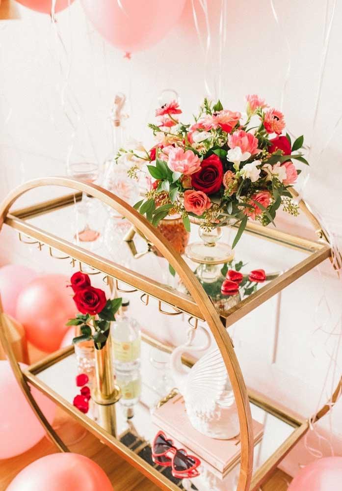 Na decoração dia dos namorados no quarto, prepare um carrinho com arranjos de flores e outros elementos decorativos.
