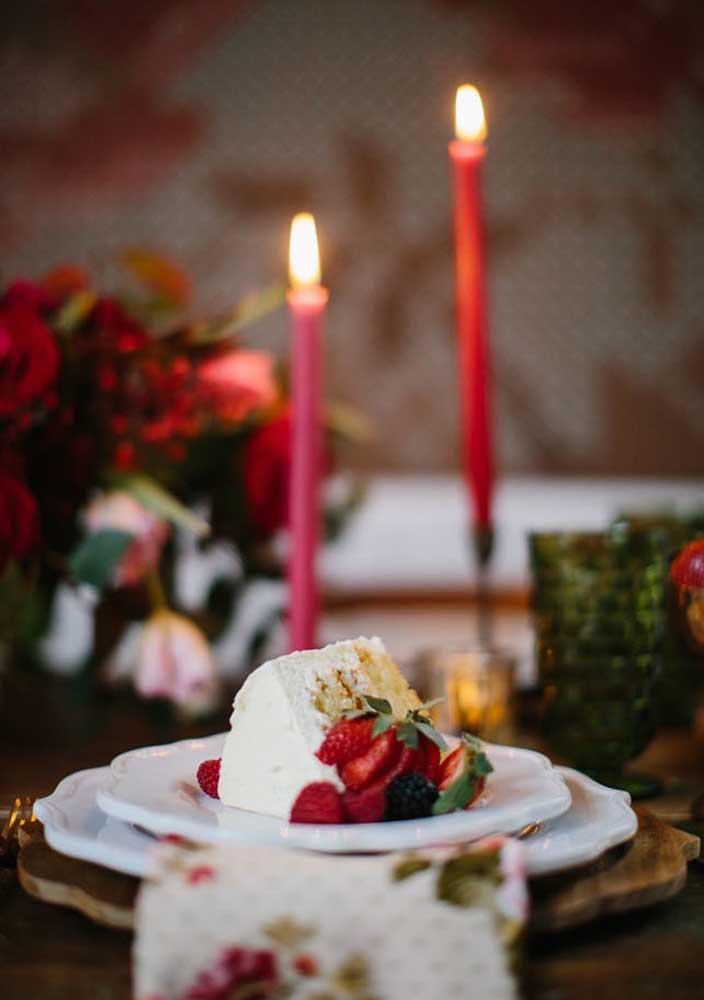 Nada como uma deliciosa fatia de bolo para deixar o dia dos namorados mais apaixonante.