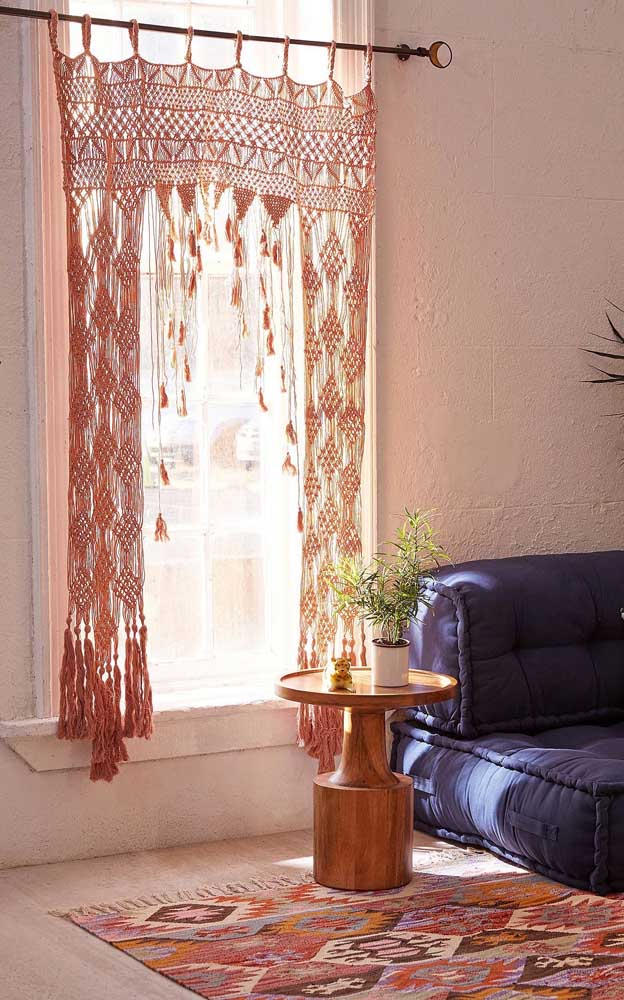 Cortina de crochê rosa com franja para decorar e proteger a sala de estar do excesso de luz