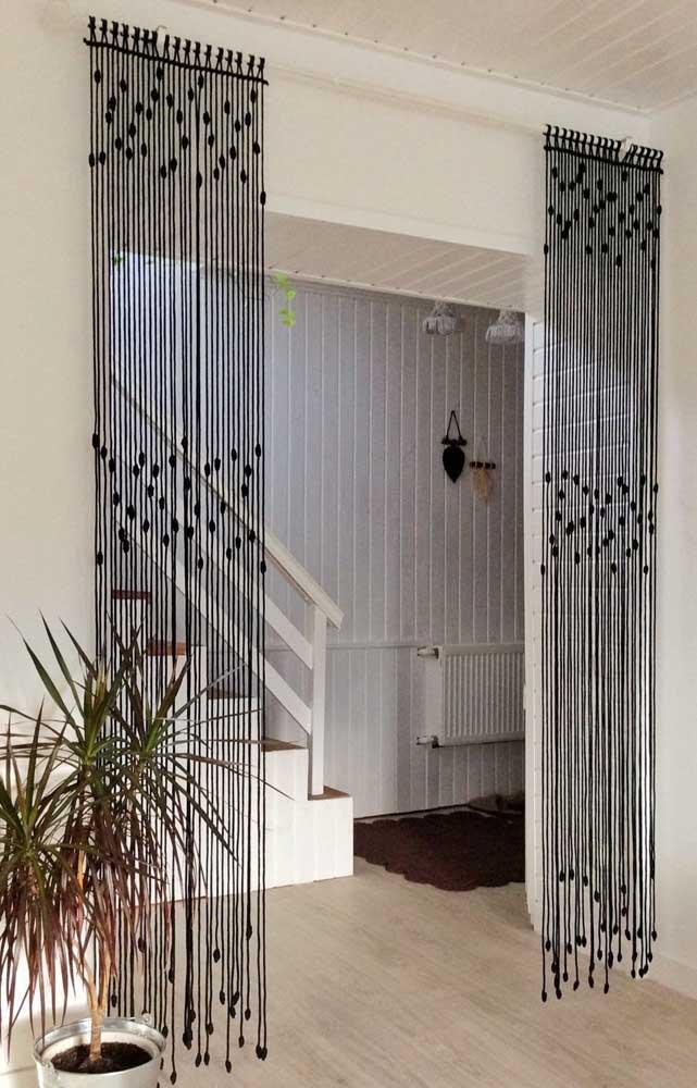 O que acha de uma versão em preto da tradicional cortina de crochê? Fica linda dividindo e setorizando ambientes
