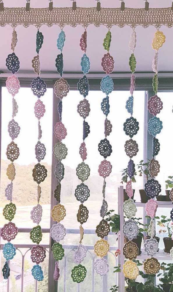 Delicada e romântica: essa cortina de crochê apostou em pequenas flores unidas uma a uma