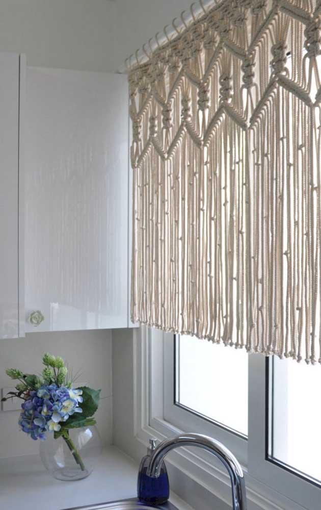 O barbante cru confere um visual rústico incrível para a cortina de crochê; essa aqui foi usada na cozinha