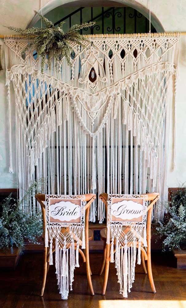 Cortina de crochê para formar o painel onde serão feitas as fotos; perfeita para um casamento boho