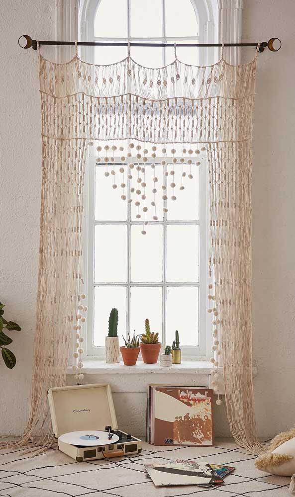 Despojada, essa cortina de crochê se joga pelo chão da sala de estar