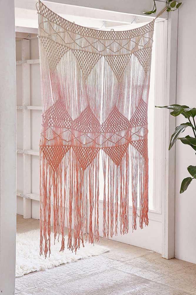 É tão linda que fica difícil qualificar entre peça decorativa ou cortina, na dúvida, que seja as duas coisas!