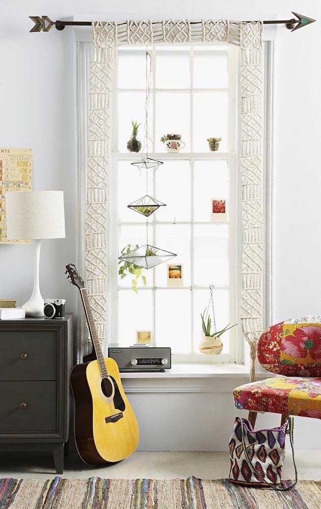 Aqui, ao invés de cortina foi usado apenas uma moldura de crochê em torna da janela, uma ideia pra lá de diferente e criativa