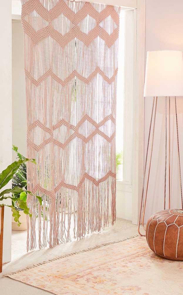 O leve tom de rosa da cortina de crochê imprime um clima acolhedor e aconchegante para a sala