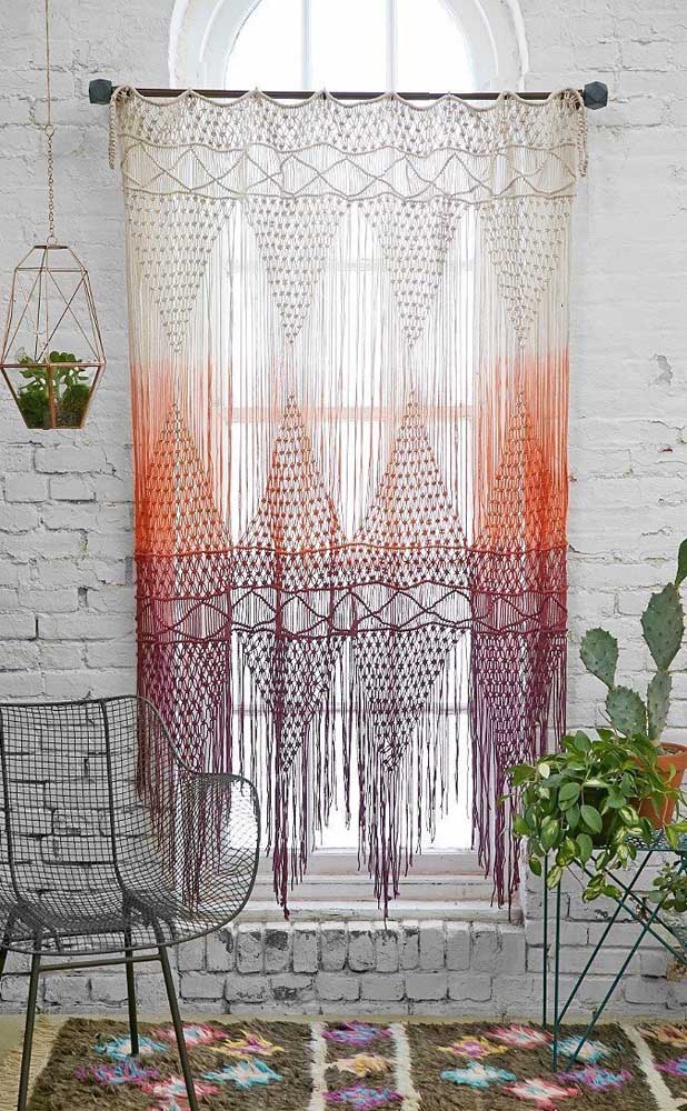 """A parede de tijolinhos """"vestiu"""" perfeitamente a cortina de crochê em tons degradê"""