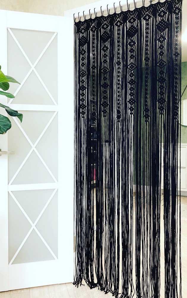 A cortina preta de crochê traz um toque de elegância a mais para os ambientes