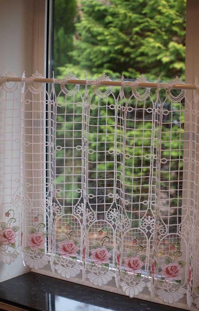 Cortina de crochê com flores para adornar e valorizar a cozinha