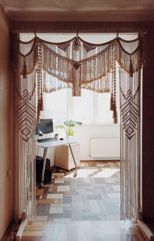 Se você ainda não se rendeu totalmente aos encantos das cortinas de crochê, esse modelo da imagem vai te convencer
