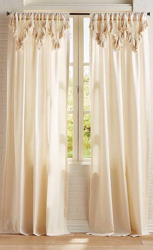Nessa sala, a proposta foi usar uma cortina de tecido simples com apenas o bandô feito de crochê, deu certo!