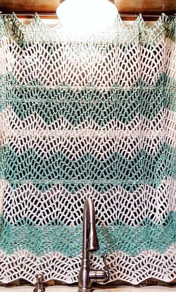 Cortina pequena e simples de crochê para ser usada na janela junto à pia