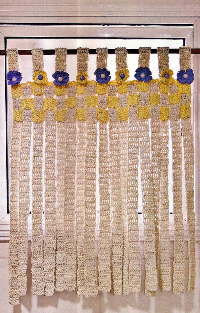 Uma cortina de crochê diferente e criativa feita com tiras sobrepostas e aplicação de flores