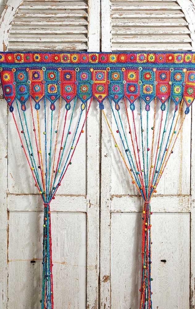 A ideia aqui é simples e pode ser facilmente reproduzida: squares coloridos de crochê unidos até virar uma cortina, para fechar, as franjas
