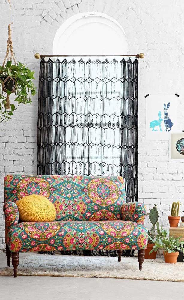Essa sala de estar maravilhosamente decorada no estilo boho conta com uma cortina de crochê preta que dispensa comentários