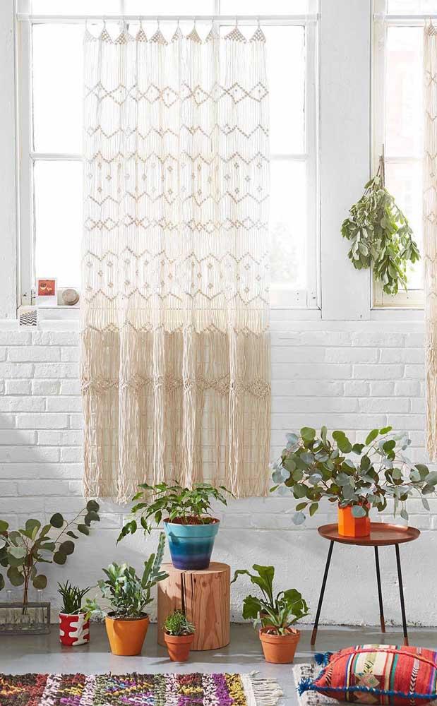 Uma parede de tijolinhos, umas plantinhas e a boa e velha cortina de crochê: todos esses elementos juntos formam uma decoração boho rústica para ninguém botar defeito