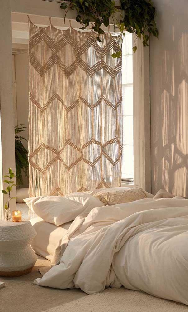 Olha a receita para valorizar qualquer quarto do casal: usar uma cortina de crochê do chão ao teto de fazer cair o queixo